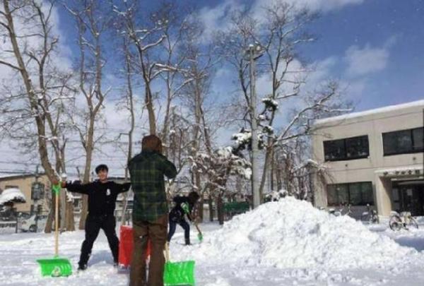 農村小夥用雪做了輛蘭博基尼,周圍人都說他傻了,但第二天閉嘴了