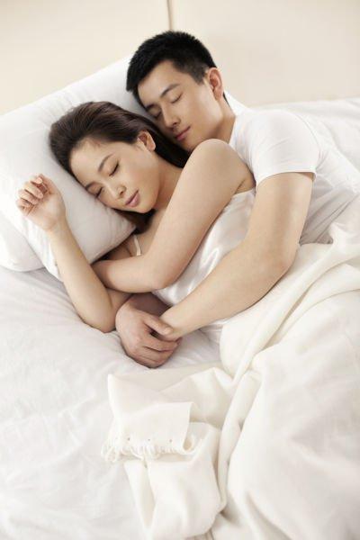 半夜醒來,感覺老公緊抱著我,竊喜感動不已!他爆出一句話,我恨不得把他踢下床!