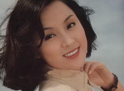 台灣第一代玉女,曾艷壓青霞,2度嫁渣男,現兒子32歲帥過謝霆鋒 !