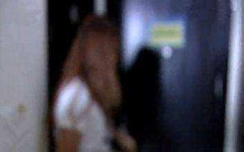 女子加班回家,臥室床上躺著一個陌生男人,她機智的舉動救了全家
