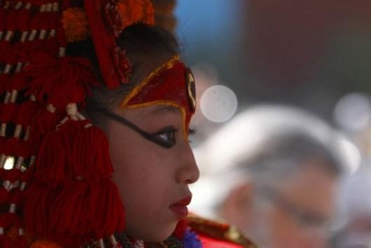 7歲的她是全國的「活女神」受全國膜拜 但她的腳一輩子都不能碰地 而且只要一生病就會被...