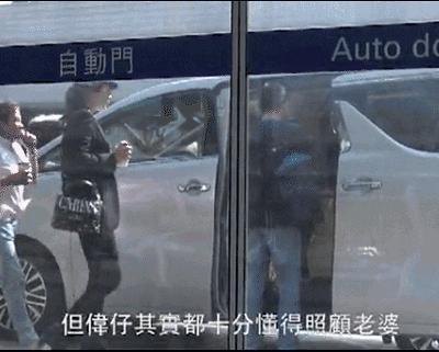 梁朝偉劉嘉玲現機場全程零交流,臨近車門時,男方一個「嫻熟舉動」證明是真愛!超暖心!
