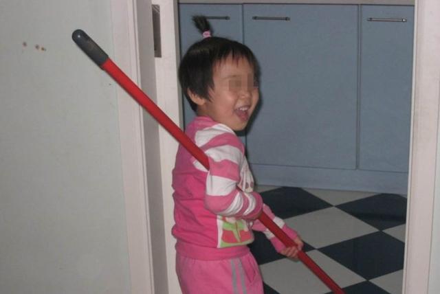 媽媽不幸病逝,留下兩個孩子… 6歲女孩獨自照顧弟弟,某天打掃的時候,在床底找到令人淚奔的「東西」!