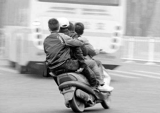 三個孩子騎車被撞死,老太說有四個人,高僧一語道出真相