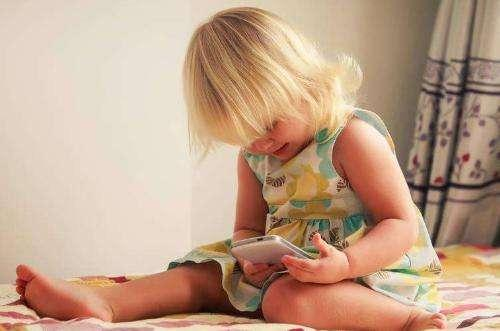 五歲女兒玩老婆手機,女兒點開老婆語音消息,我掀了桌子