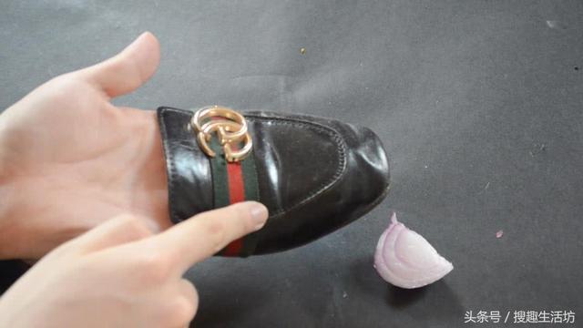 洋蔥切1片貼在腳心,解決了家家戶戶的一大難題,簡單又實用