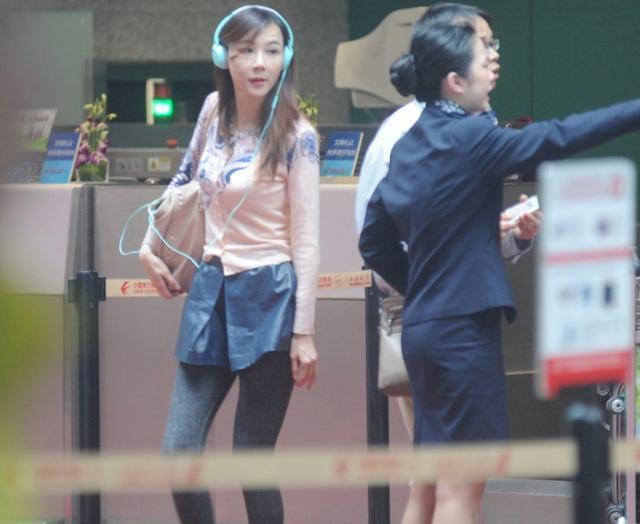 49歲蕭薔現身機場被拍,真實身材遭曝光,網友紛紛表示不能理解