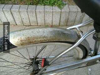 阿公阿嬤看到自行車上都是膠水時,正要破口大罵…我立馬撕開讓他們驚訝到說不出話!