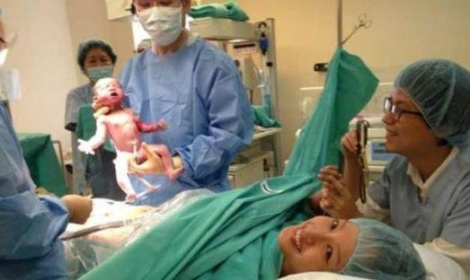 26歲產婦順產雙胞胎,護士抱來孩子,爸爸嚇得大聲叫醫生