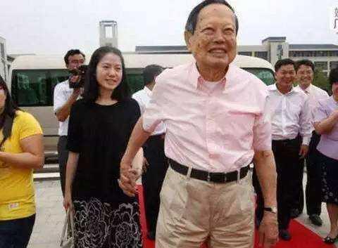 95歲楊振寧近照曝光,老態橫生,宣布財產分配,只給相處14年的小媳婦一套房子的使用權,翁帆臉都變了!這樣的青春值得嗎?