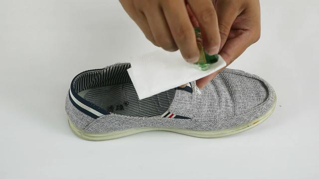 風油精塗抹在腳底,解決了最困擾大家的難題,太實用了