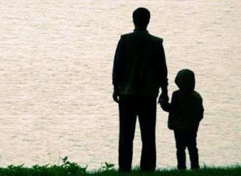 兒子被母親拋棄,多年後找回老家,看見牆上的兩張黑白照片,愣了