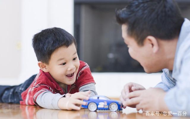 丈夫打工歸來妻子一天未回家,兒子玩玩具時說一話,丈夫哭腫了眼