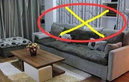 注意!把沙發跟牆緊緊靠在一起,財運大開!有錢人必懂的沙發禁忌...