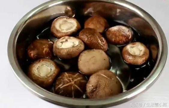 清水洗香菇和沒洗一樣髒,我教你一個小妙招,髒東西全部跑出來