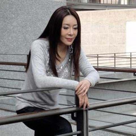 她的第一次給了劉德華,可卻輸給了朱麗倩,30年難忘情至今未婚!