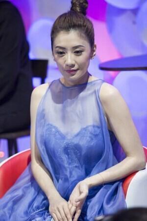 賈靜雯又出名了,節目上穿成那樣,一隻礦泉水瓶也擋不住咩!
