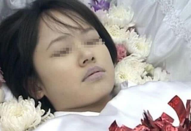 女兒去世火化,父親看到女兒露出的衣角不對勁,掀開白布氣到發抖!