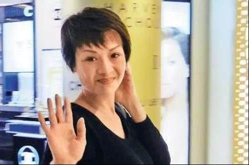 波霸女神葉子楣近照曝光,為胸部投保200萬,如今53歲風采依舊!