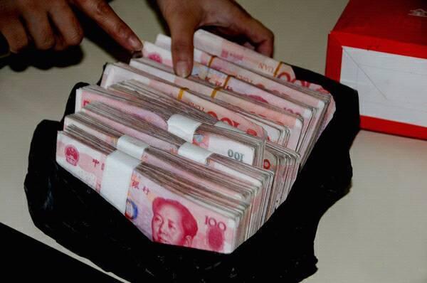 女子想買房,婆婆給三十萬現金,上門拿錢時,瞧見袋子,扔錢就跑