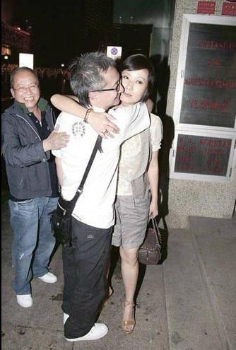55歲葉童素顏和老公出街,老態盡顯保養遠不如63歲趙雅芝