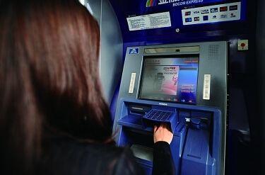 女子在ATM機取不出錢,工作人員打開機器,畫面十分精彩! 網友:我眼睛都直了