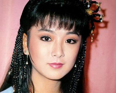 長得漂亮被瓊瑤認干女兒,被前男友當街毆打,今55歲生活幸福