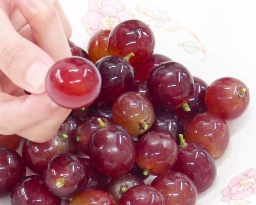 清水洗葡萄跟沒洗一樣臟,教你一招,吃葡萄再也不用剝皮了