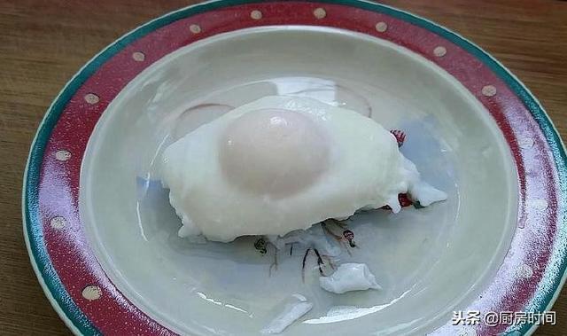 真正煮荷包蛋的方法來了,不需要勺子,一個小動作搞定,快來看看