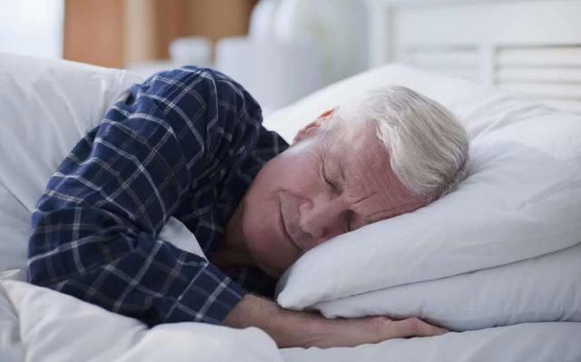 睡前喝碗「洋蔥煮水」,堅持一個月,或許身體會收獲4個好處