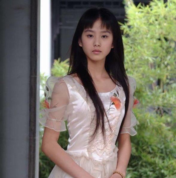 劉詩詩說上學時無人敢追,昔日畢業照流出,網友:是我我也不敢追