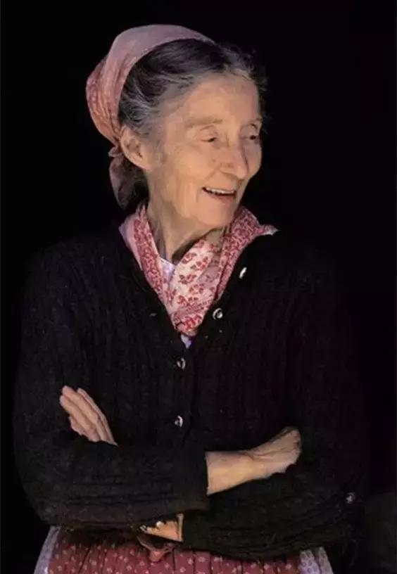 92歲的塔沙奶奶隱居山間,如仙女般把生活過成油畫般夢幻!