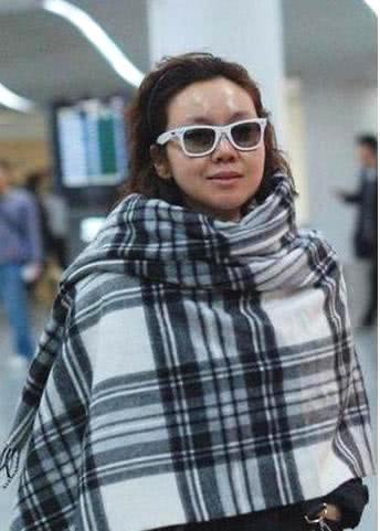 別被精修圖騙了,這才是女明星真實的機場照,粉絲看後都快脫粉了!
