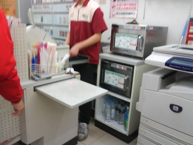 超商店員問「需要微波嗎」卻被客人罵白痴 結果法律系店員一開口「奧客馬上閉嘴」!