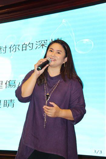 臺灣玉女歌手20年前嫁養豬大王,為了重疾父親毅然退歌壇,如今54歲近況曝光,爆肥26公斤,網友卻說:幸福滿滿