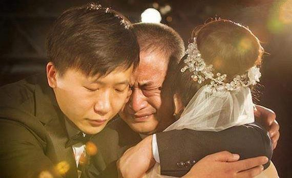 父親逼我嫁啞巴,新婚當晚我逃跑,四年後回家,推開門泣不成聲!