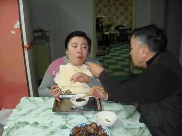 疑室友集體下毒!清華才女遭忌「智商剩7歲」 年邁爸媽心碎:想帶她一起走