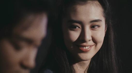 王祖賢早年身材有多好? 她坐在劉德華腿上,有誰注意到劉德華手的位置,細節見人品