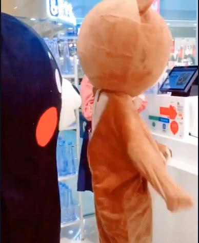 美女扮演大熊去超市買東西,結賬的時候脫衣服,周圍的人不淡定了!