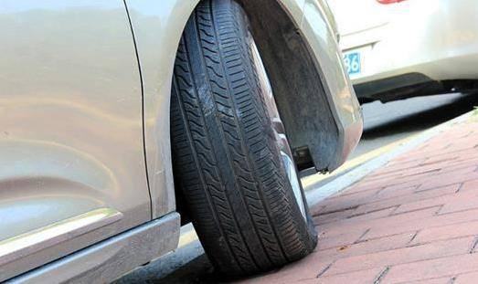 為甚麼「車子停斜坡車,輪胎要打歪」?很多台灣人都答錯了
