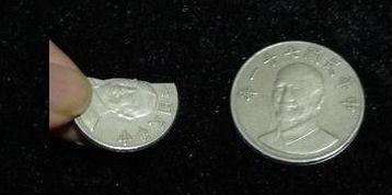 他逛夜市拿到一枚「裂開的10元硬幣」超傻眼!內行網友卻說:你真的賺翻了!