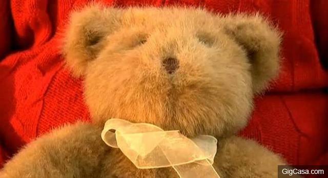男子在買回的二手玩具熊裡摸到硬物,拆開一看妻子直接被嚇哭了!