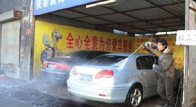 因早退4分鐘修理工被老闆開除,離開前把豪車擦一遍,老闆損失慘重!