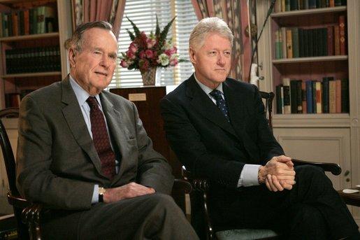 傳奇母親!她40多歲守寡,辛苦養大8女5男,培養13位博士,壽宴上竟請得動「美國前總統柯林頓」!