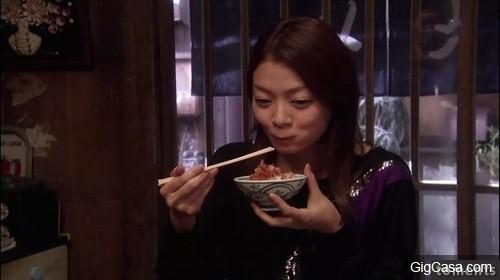 一心尋死的她與阿嬤告別,但阿嬤聽完之後竟要她吃晚餐再上路!沒想到當食物端上桌後,她淚如雨下!竟然是...