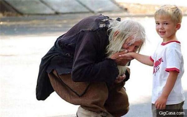 這位99歲老先生是個乞丐,但他每天除了乞討竟然還做【這種事】,震驚了全世界!