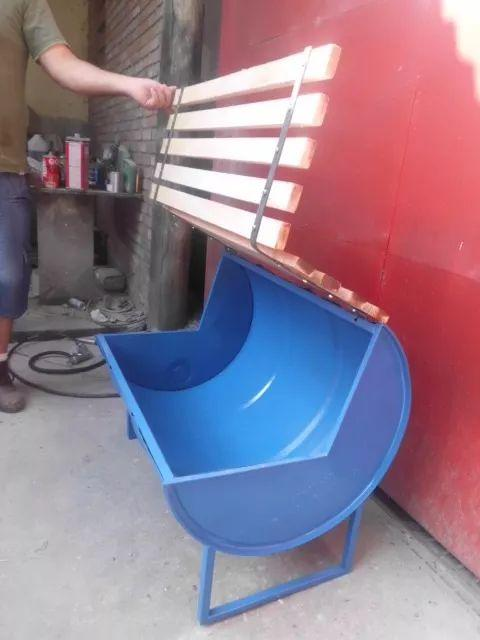 外國小哥撿垃圾變廢為寶! 汽油桶簡單包裝,變成豪華舒適小沙發