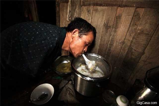 失去雙手的他每天用嘴喂母親,有人叫他不如去當乞丐……他只用一句話就讓對方徹底閉嘴!
