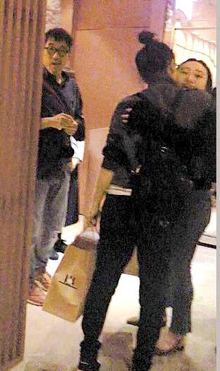 林憶蓮李宗盛女兒秀奢侈品包包,21歲身材嚴重走樣,五官酷似媽媽