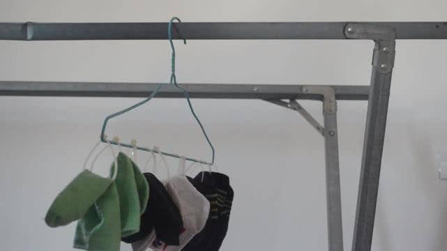 衣架上綁幾根紮帶,放陽臺上太實用了,解決了困擾大家的一個難題